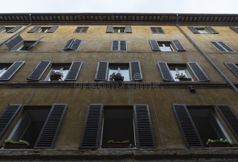 Fachada con las ventanas fotos de archivo