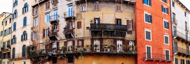 Fachada constructiva italiana vieja típica en Verona con los balcones y las flores fotografía de archivo