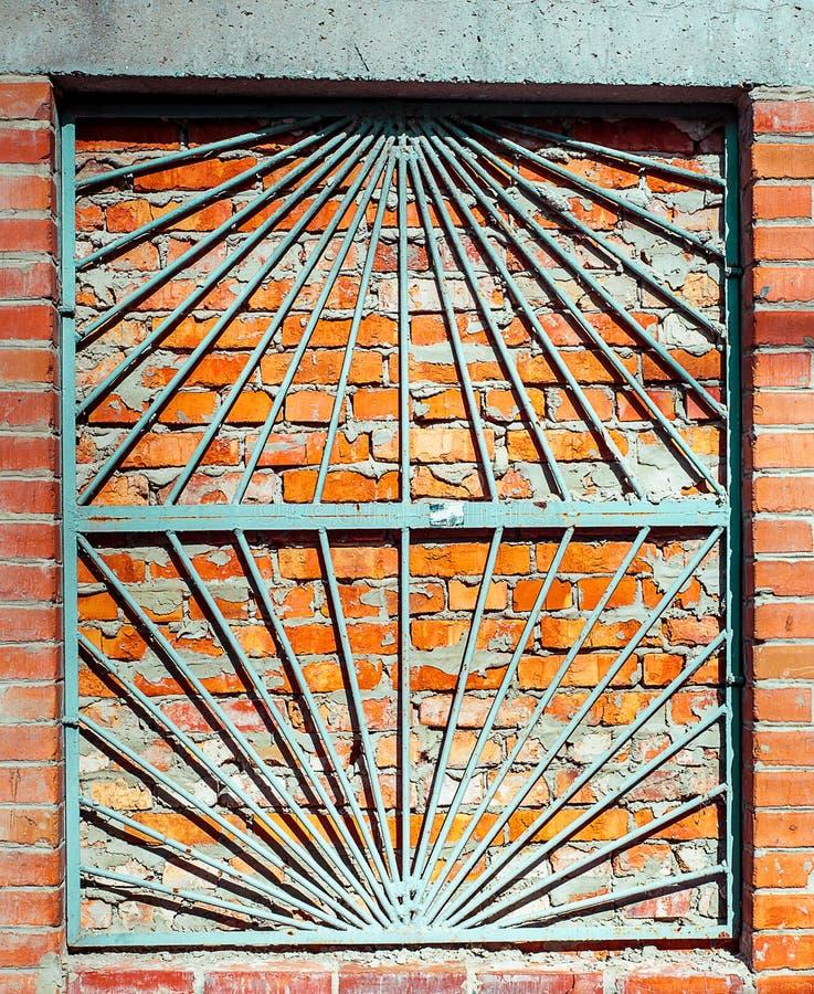 Fachada constructiva lamentable de la pared de ladrillo con el estante del ¡de Ð y la ventana dañados de Immured con la parrilla  foto de archivo
