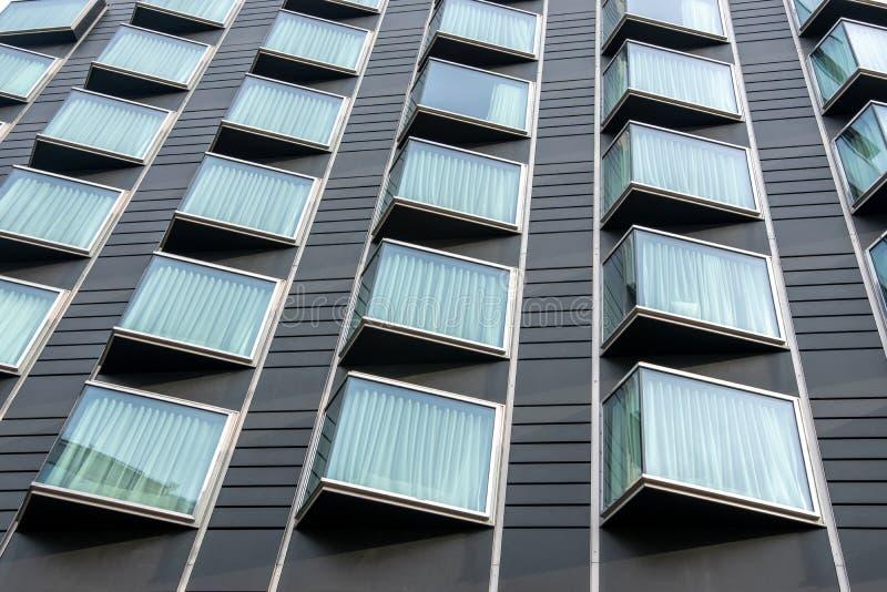 Fachada constructiva moderna con las ventanas de cristal Fondo urbano abstracto fotos de archivo