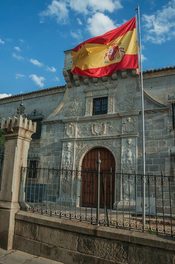Fachada constructiva vieja con la bandera española en Ávila fotografía de archivo