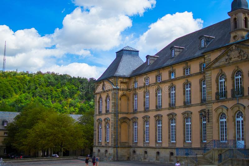 Fachada da abadia da bas?lica de Echternach de Saint Willibrord na cidade velha de Echternach, Luxemburgo fotos de stock royalty free