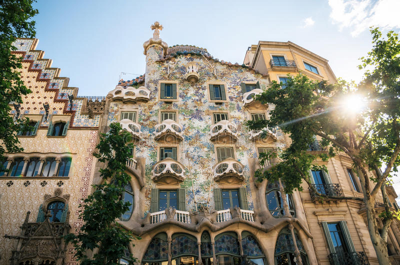 A fachada da casa Batllo da casa ou da casa dos ossos projetou por Antoni Gaudi com luz do sol no por do sol imagem de stock