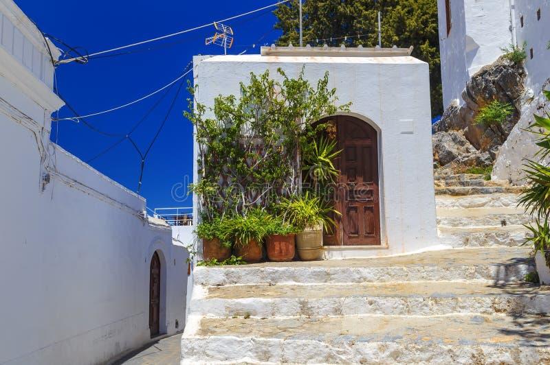Fachada da casa branca tradicional na cidade de Lindos na ilha do Rodes imagem de stock