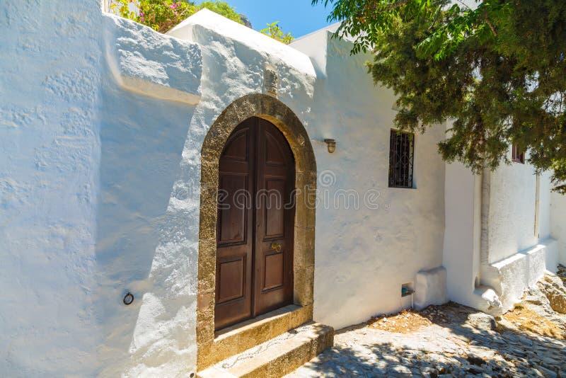 Fachada da casa branca tradicional na cidade de Lindos na ilha do Rodes fotografia de stock