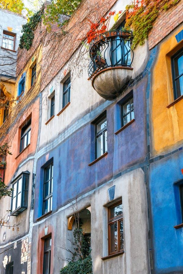 Fachada da casa de Huntdertwarsser em Viena A casa de Hundertwasser é um do ` s de Viena a maioria vi fotografia de stock royalty free