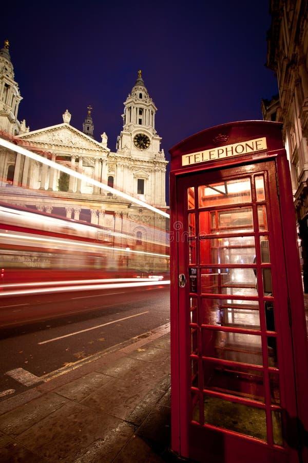 Fachada da catedral do St Paul, barramento e caixa do telefone imagem de stock royalty free