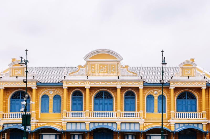 Fachada da construção colonial amarela com portas e as janelas azuis mim fotografia de stock