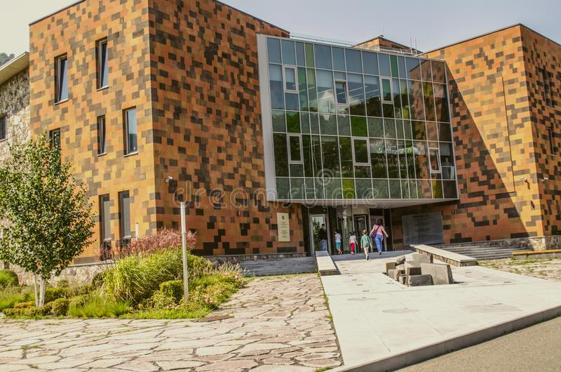 A fachada da construção com a entrada principal à escola-faculdade internacional em Dilijan fotografia de stock royalty free