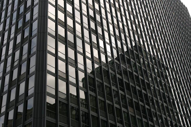 Fachada da construção com reflexões nas janelas foto de stock