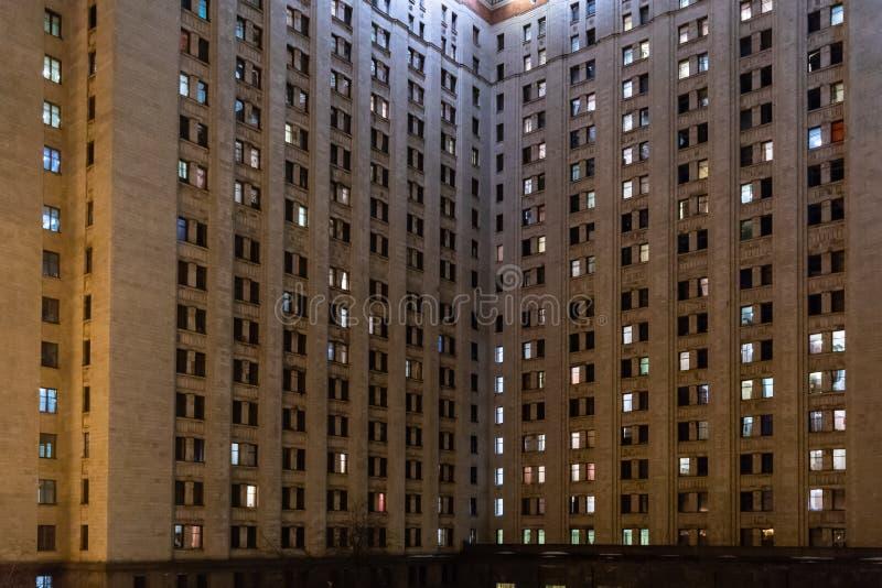 A fachada da construção com Windows de incandescência imagens de stock royalty free