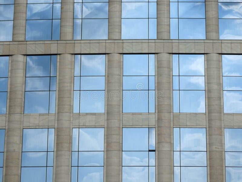 Fachada da construção do vidro e da pedra imagem de stock