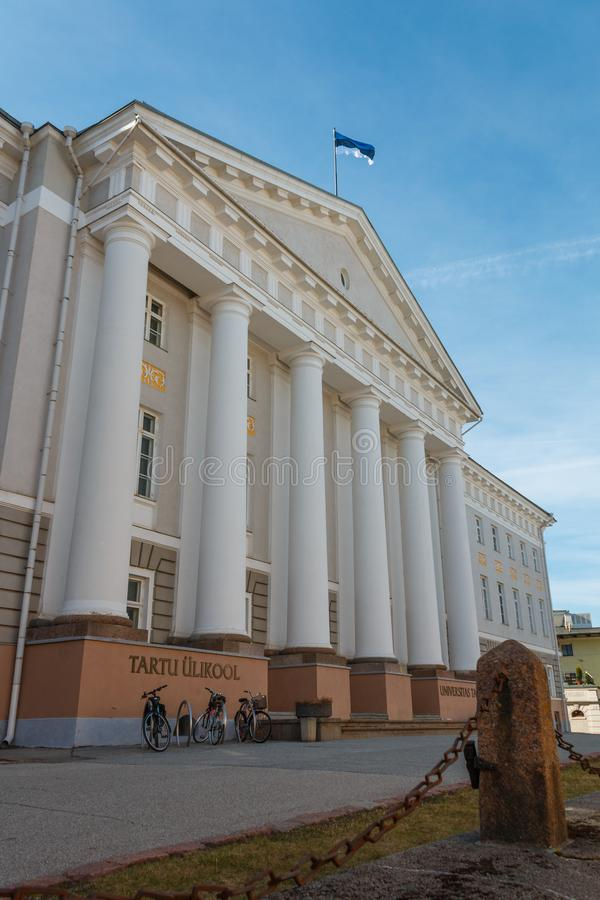 A fachada da construção principal da universidade de Tartu com estudante bicycles perto da entrada fotografia de stock