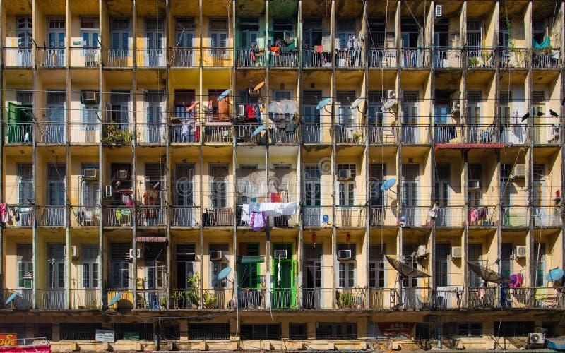 Fachada da construção residencial velha em Yangon fotografia de stock royalty free