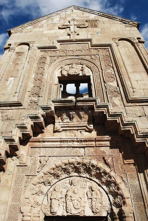 A fachada da igreja medieval velha fotos de stock