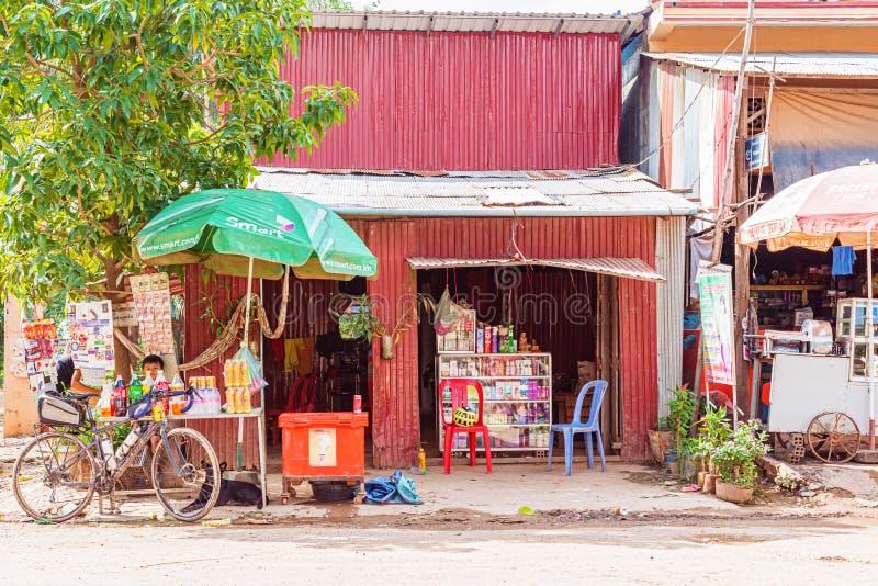 Fachada da loja na vila em Camboja imagens de stock