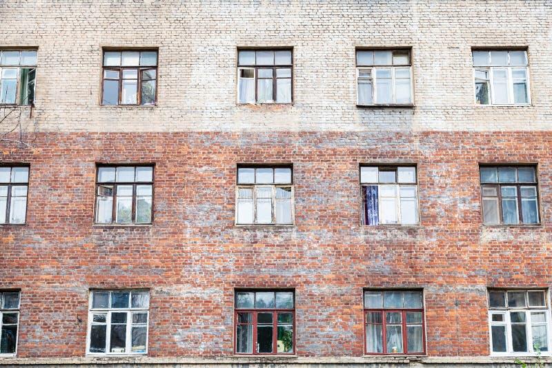 fachada da parede gasto da casa multistorey do tijolo fotografia de stock royalty free