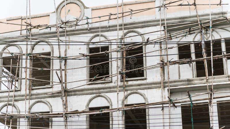 Fachada da restauração da casa alta, construção do andaime imagens de stock royalty free