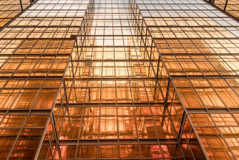 Fachada da torre do prédio de escritórios da cor do ouro no centro de negócios imagens de stock royalty free