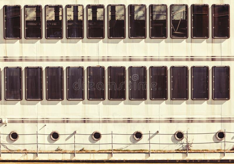Fachada das vigias de Windows de um navio Fundo regular imagens de stock