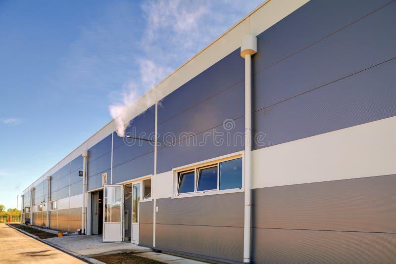 Fachada de aluminio en el edificio industrial fotos de archivo