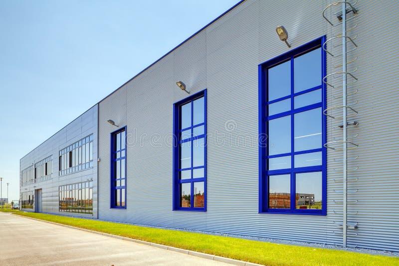 Fachada de aluminio en el edificio industrial imagen de archivo libre de regalías