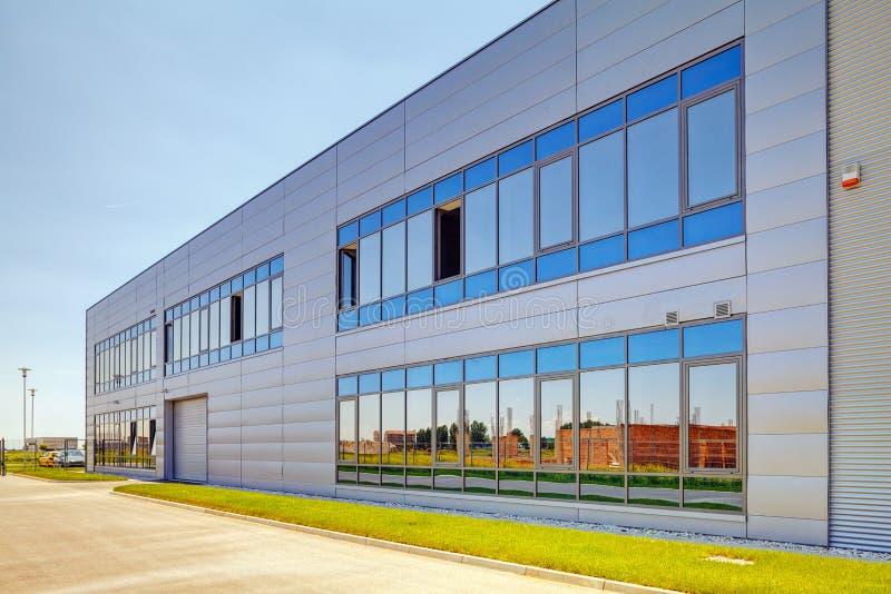 Fachada de aluminio en el edificio industrial foto de archivo