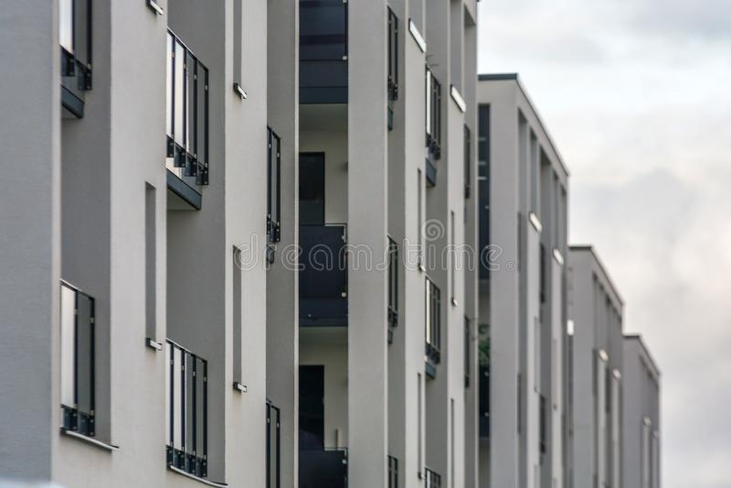 Fachada de apartamentos modernos fotografía de archivo