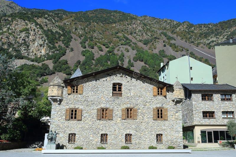 Fachada de Casa de la Vall com uma parte do céu azul em velinos do la de Andorra, principado de Andorra foto de stock