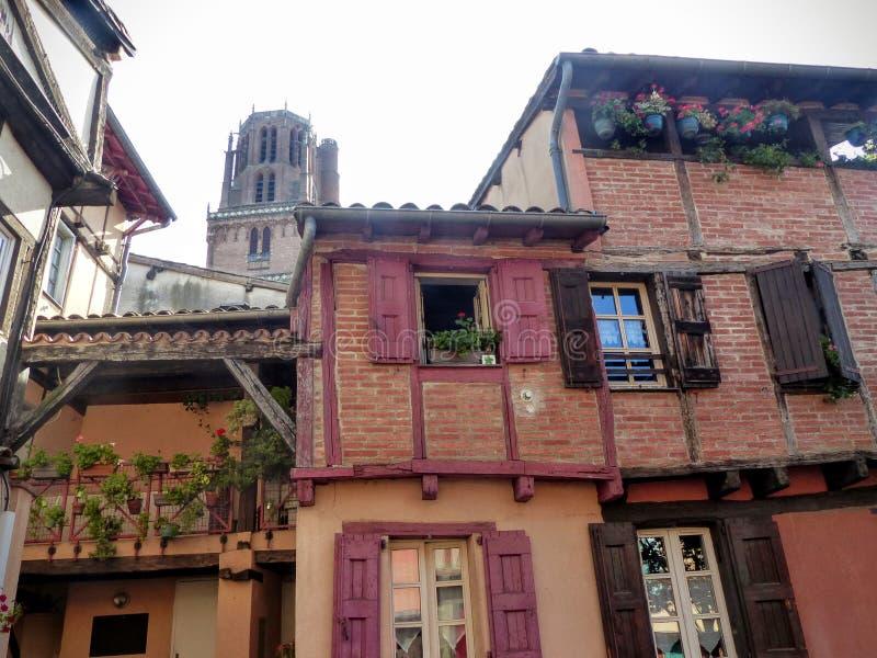 Fachada de casas características en ladrillos rojos únicos y haces de madera de Albi en el sur al oeste de Francia imagenes de archivo