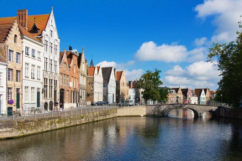Fachada de casas y del canal flamencos en Brujas foto de archivo libre de regalías
