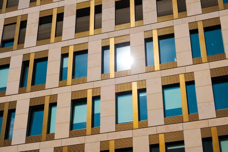 Fachada de construção moderna - exterior dos bens imobiliários do escritório fotografia de stock