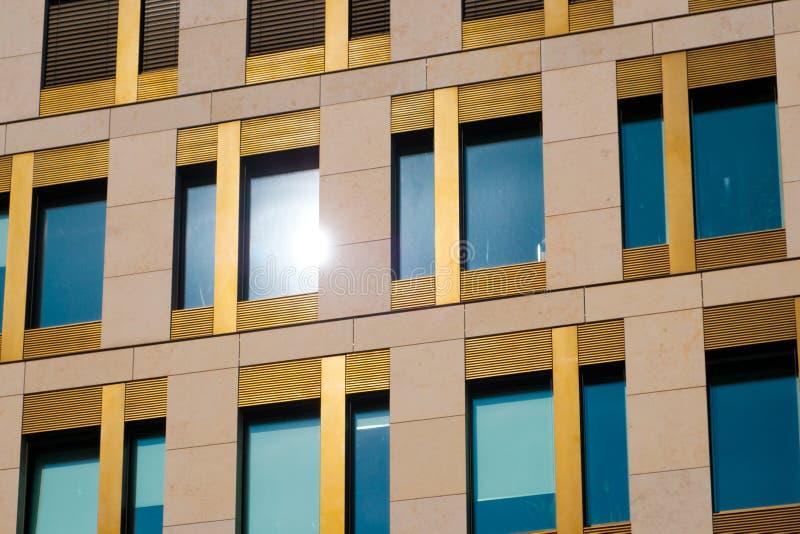 Fachada de construção moderna - exterior dos bens imobiliários do escritório foto de stock