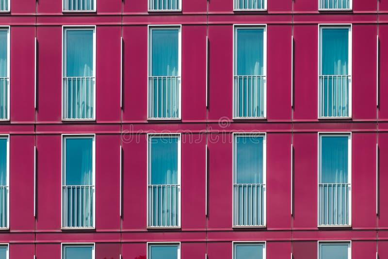 Fachada de construção moderna - teste padrão da janela no exterior do hotel foto de stock royalty free