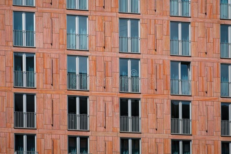 Fachada de construção - teste padrão da janela no exterior da casa fotos de stock