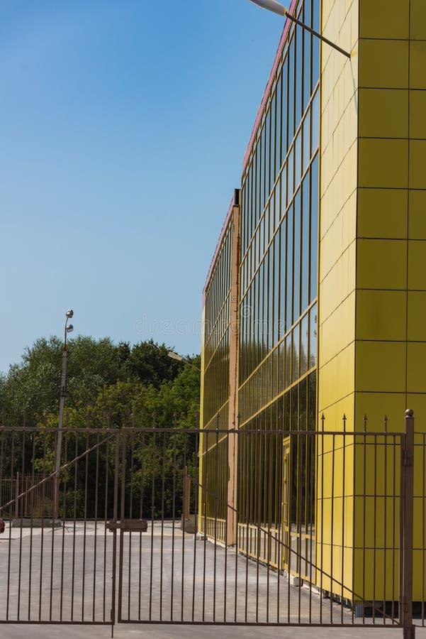 Fachada de cristal constructiva amarilla imagen de archivo libre de regalías