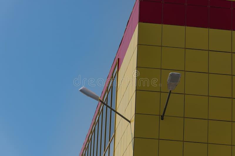 Fachada de cristal constructiva amarilla imagen de archivo