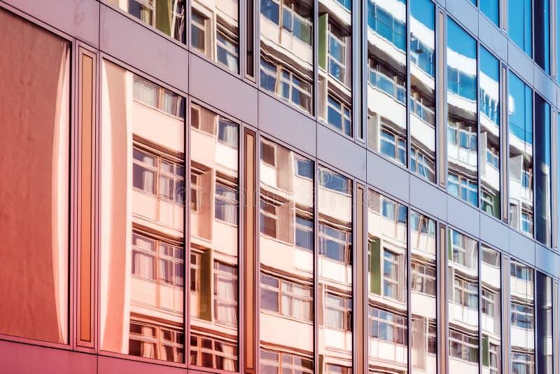 Fachada de cristal del edificio de oficinas moderno, reflexión de la ventana fotos de archivo libres de regalías
