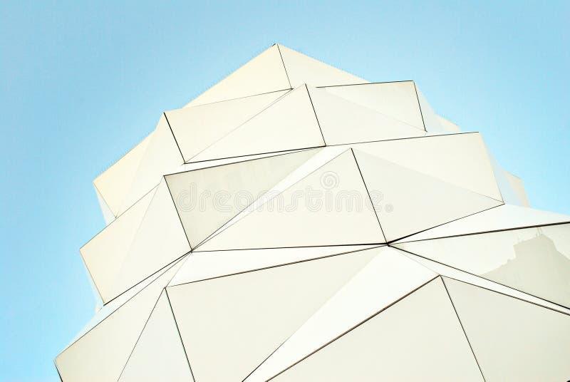 Fachada de cristal del triángulo poligonal del edificio moderno imágenes de archivo libres de regalías