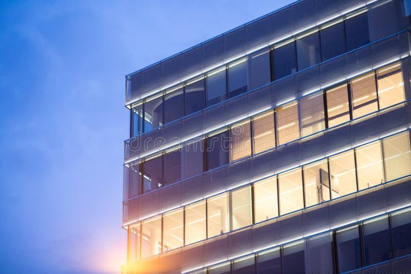Fachada de cristal en un edificio grande foto de archivo