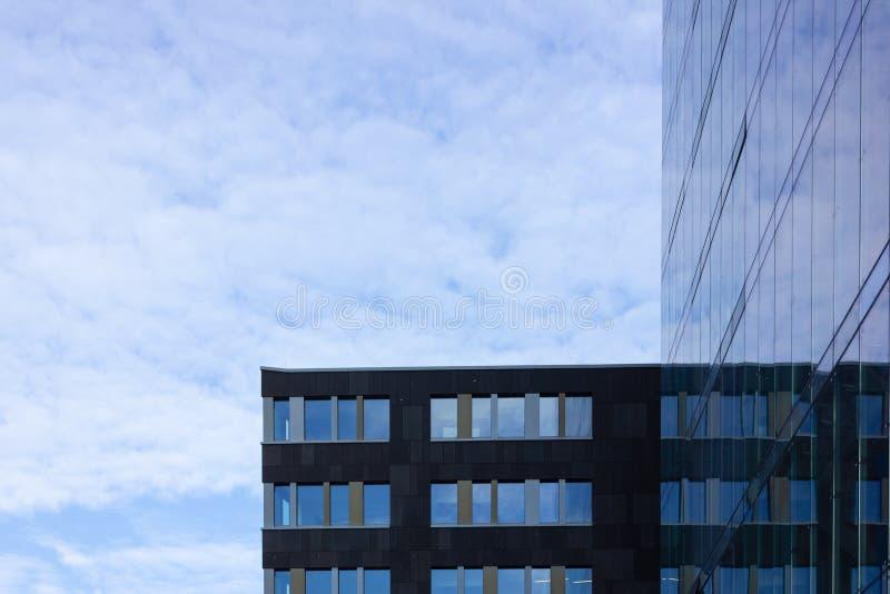 fachada de cristal de la torre del negocio imágenes de archivo libres de regalías