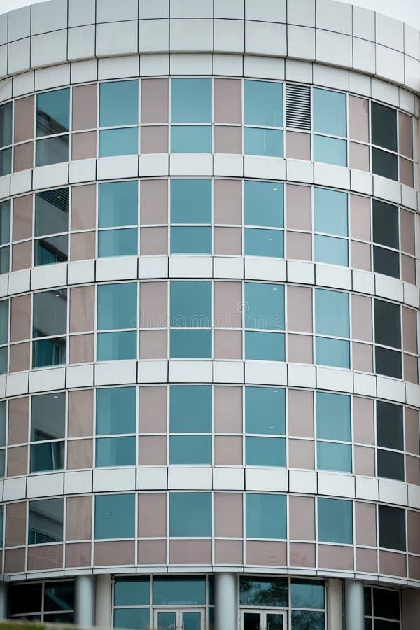 Fachada de cristal de un edificio de varios pisos moderno, rascacielos un gran n?mero de ?reas residenciales y comerciales fotos de archivo libres de regalías