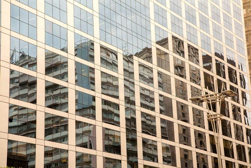 Fachada de cristal y concreta en un edificio corporativo moderno del skycraper en el Brasil fotografía de archivo