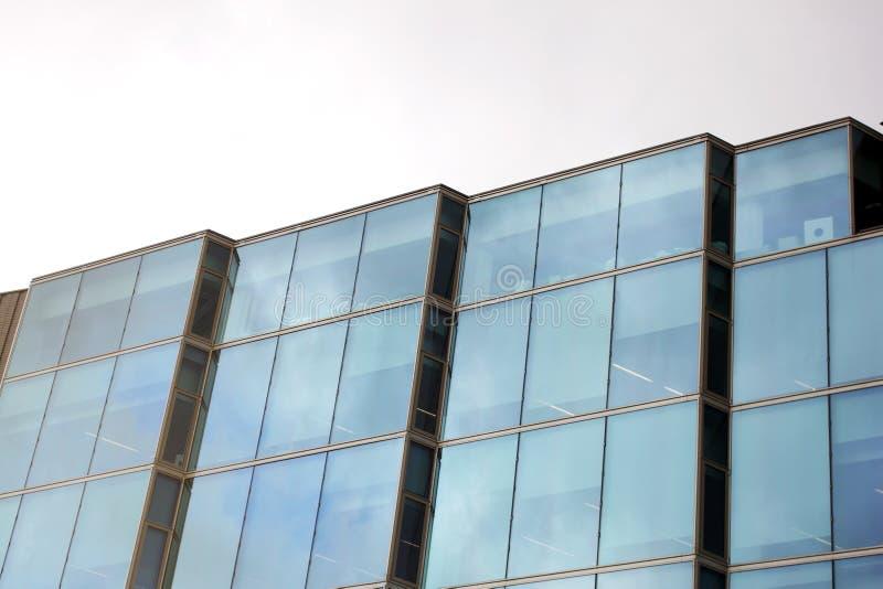 Fachada de la arquitectura del edificio de oficinas y del minimalismo fotografía de archivo libre de regalías