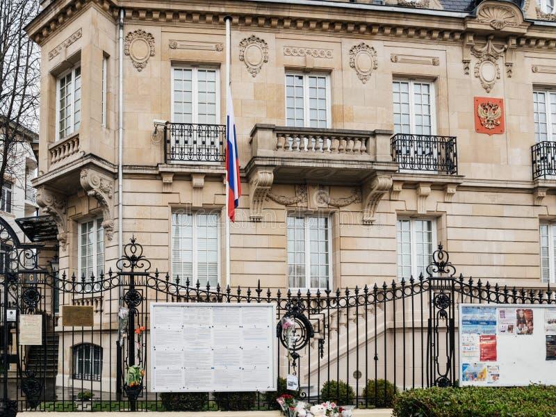 Fachada de la bandera rusa de la media asta del consulado de la embajada después del fuego adentro foto de archivo