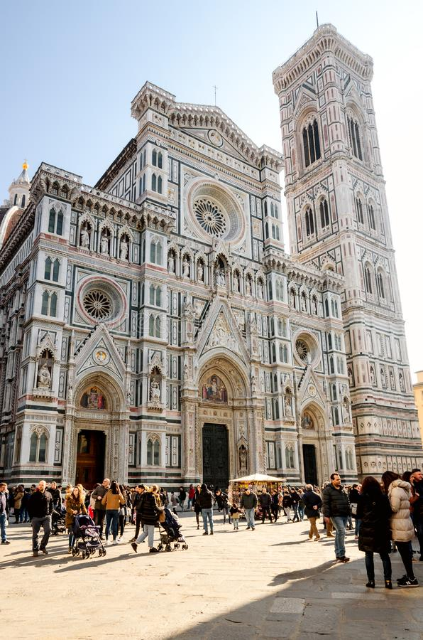 Fachada de la basílica famosa de Santa Maria del Fiore en Floren fotografía de archivo
