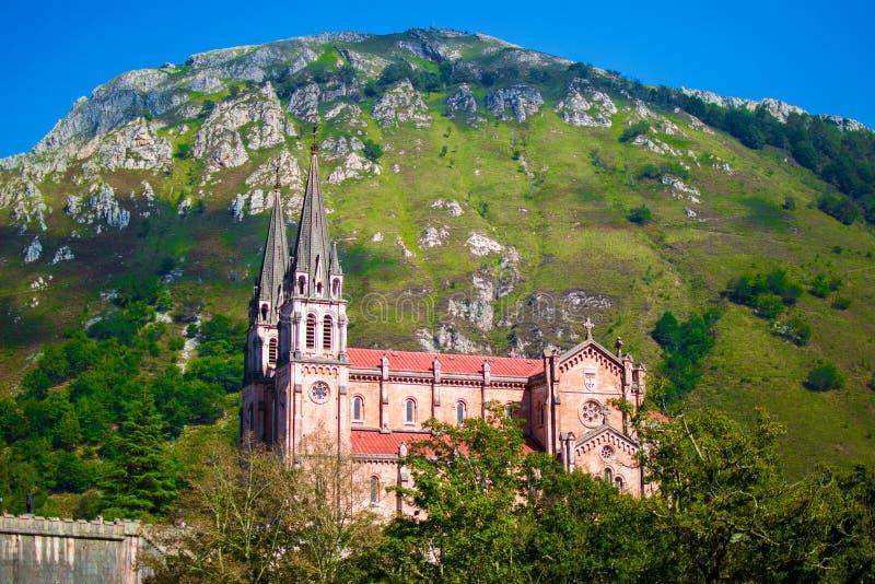 Fachada de la basílica de Santa Maria la Real de Covadonga o de la basílica de Covadonga en Cangas de Onis, Asturias, España popu imágenes de archivo libres de regalías
