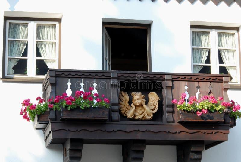 Fachada de la casa con dos ventanas, un balcón y un Smurf en Oberammergau en Alemania imagenes de archivo