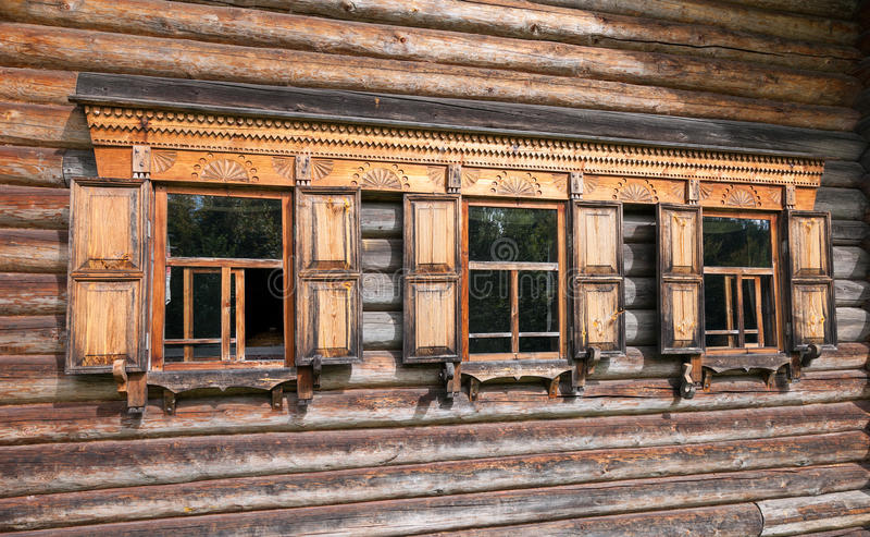 Fachada de la casa de madera rusa tradicional imagen de for Fachada tradicional