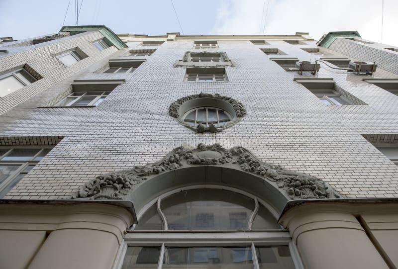 Fachada de la casa en el centro de Moscú fotos de archivo